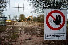 Das Hallenbad Rees ist geschichte. Der letzte Bauschutt wird noch zerkleinert. Mittwoch 13.02.2019, in Rees. Foto: Christian Creon / FUNKE Foto Services